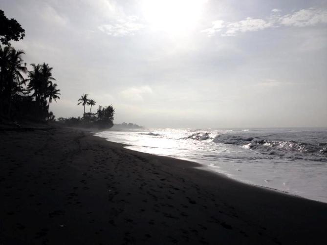 Barefoot Luxe by Chami Jotisalikorn, Bali black beach,www.BarefootLuxe.net